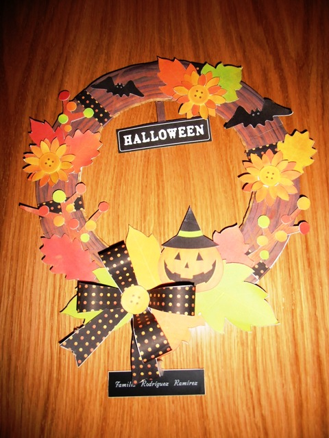 Corona de Halloween hecha con Cartulinas por Helenitaz.com