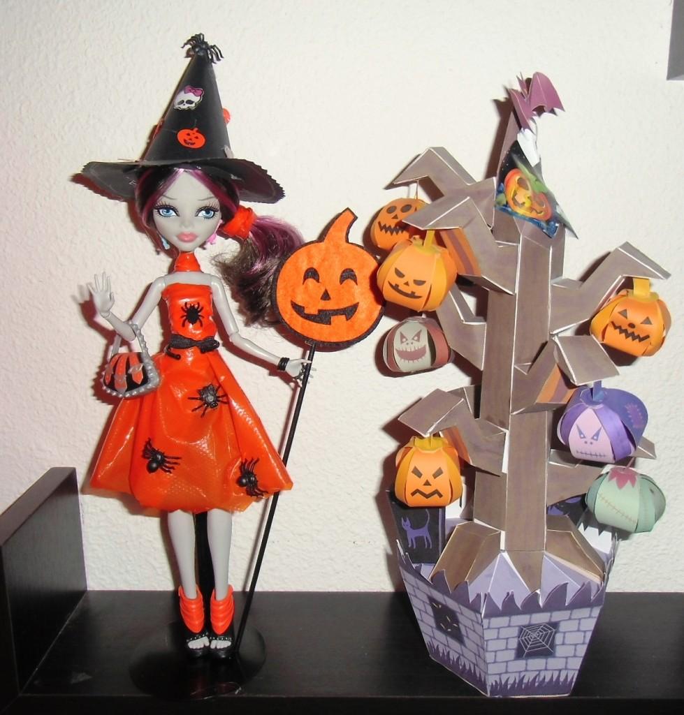 Mi Ghoulia To Play con un Vestido hecho por mí junto a un árbol DIY de cartulina