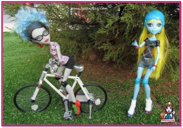 Julia ciclista y Pitufa patinadora.